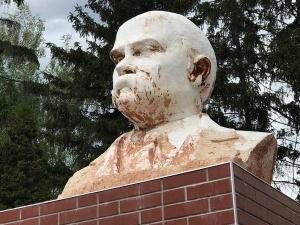 так виглядає погруддя Тараса Шевченка 13 травня 2018 р. в центрі м. Заводське